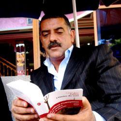 المترجم والناقد المغربي غارقاً في «متاهات» بورخيس