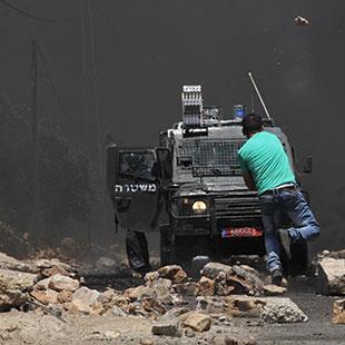 فلسطين | السلطة تقطع «الرواتب» الأسرى يقطفون العلقم