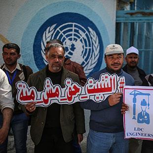 فلسطين | 12 يوماً على اعتصام مهندسي «الأونروا»: أذن الوكالة من طين