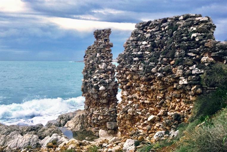قاموع «قلعة» أَنْفَا صمد... هل تصمد مطامر الشاطئ؟!