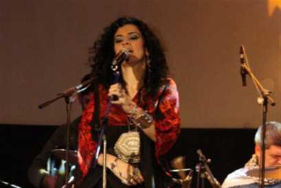 الأغاني في فمّكِ ياسمين