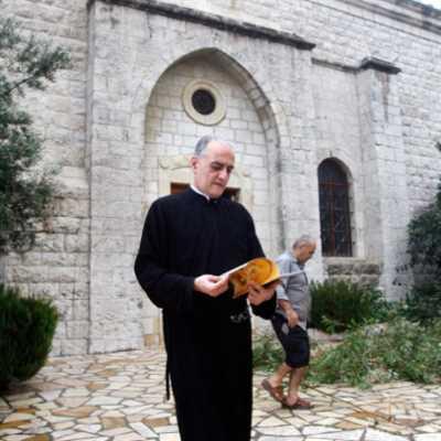 الكاهن الإشكالي في حواره الأخير: الحرية ديني وإيماني