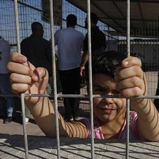 «إيريز»: مصيدة التجار الفلسطينيين