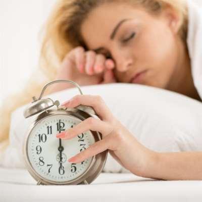 الاستيقاظ من النوم متأخراً «يزيد خطر الوفاة»