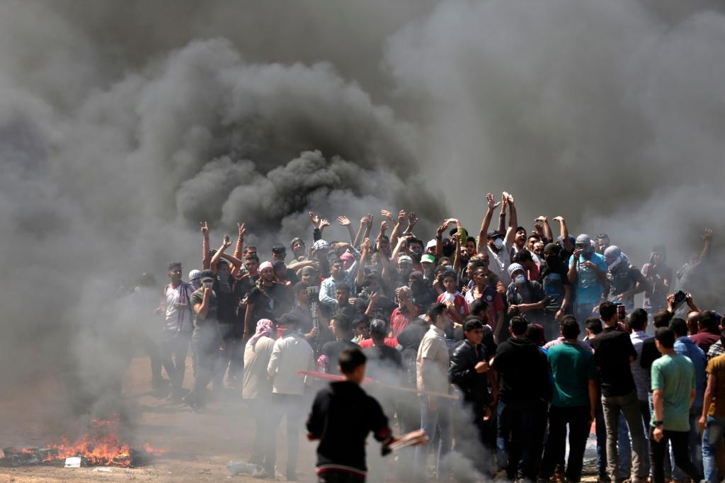 حرق الإطارات المطاطية لحجب الرؤية عن جنود الاحتلال وقناصته ( أ ف ب)