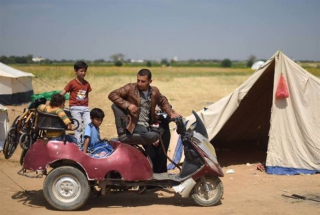 أبو صلاح «يعود» إلى فلسطين بقدمين مبتورتين
