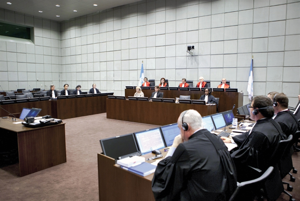 القاضي روبرت روث: المحكمة الدولية تخضع للقرار السياسي لا للمعايير القانونية
