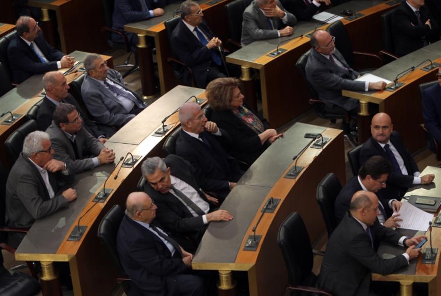 «صلاة البرلماني» لصقاً على أبواب برلمان 2018