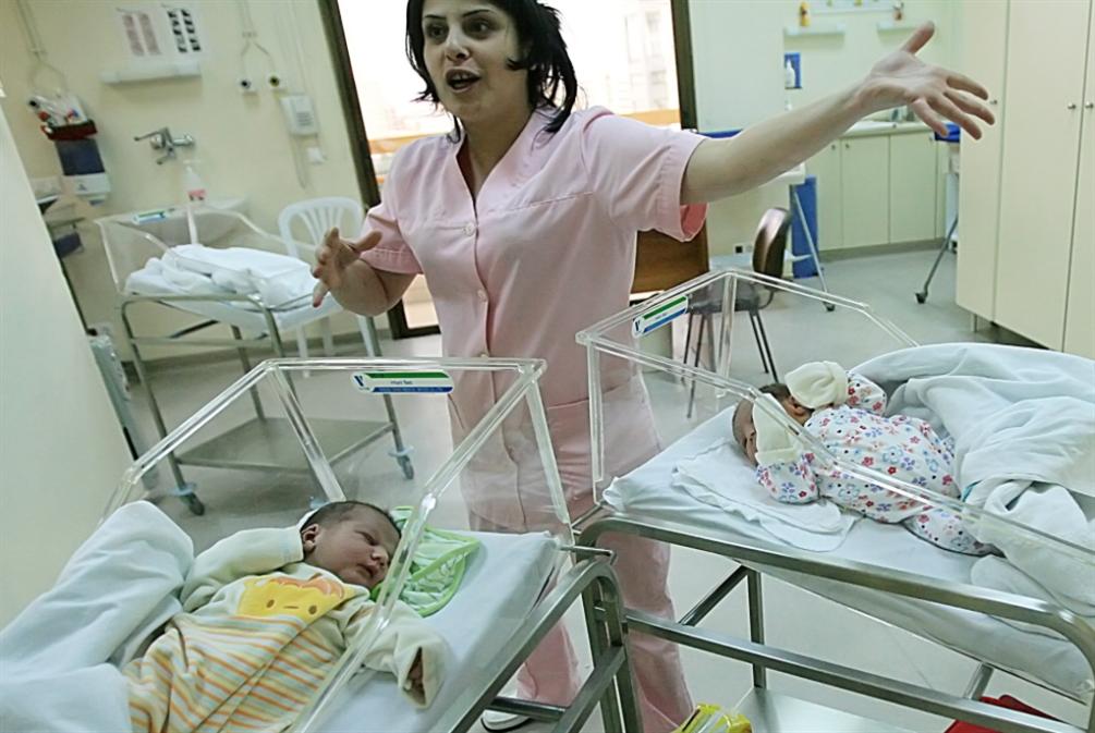 نقص عنايات الأطفال: المواليد يُوزّعون كـ«البونبون»!