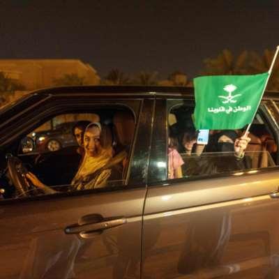 السعوديات بدأن القيادة... بوصاية ذكورية