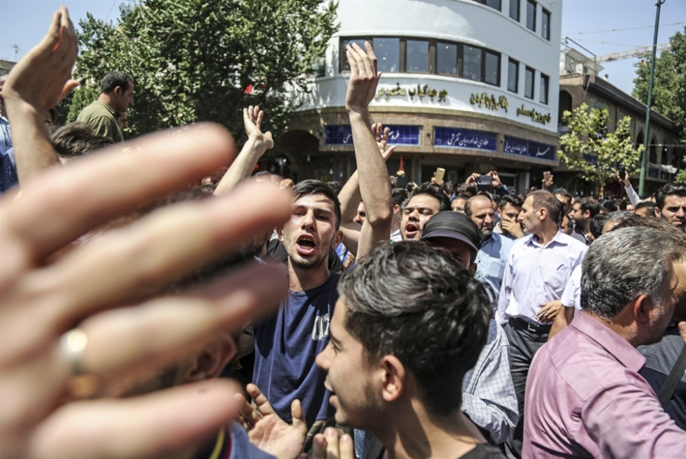 إيران تواجه أزمة العملة: دعوات إلى البرلمان للضغط على الحكومة