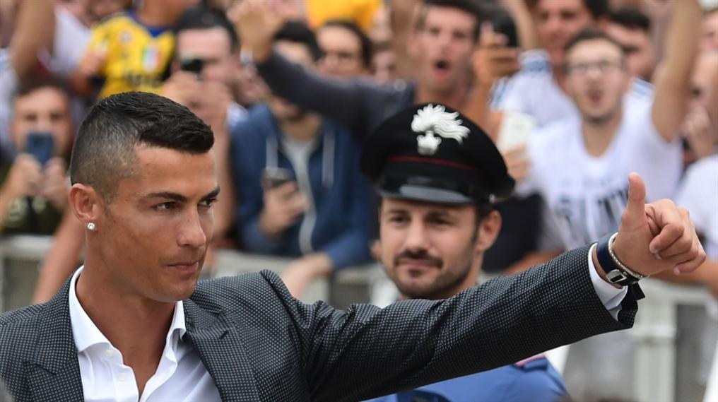 صورة رونالدو يصل إلى تورينو