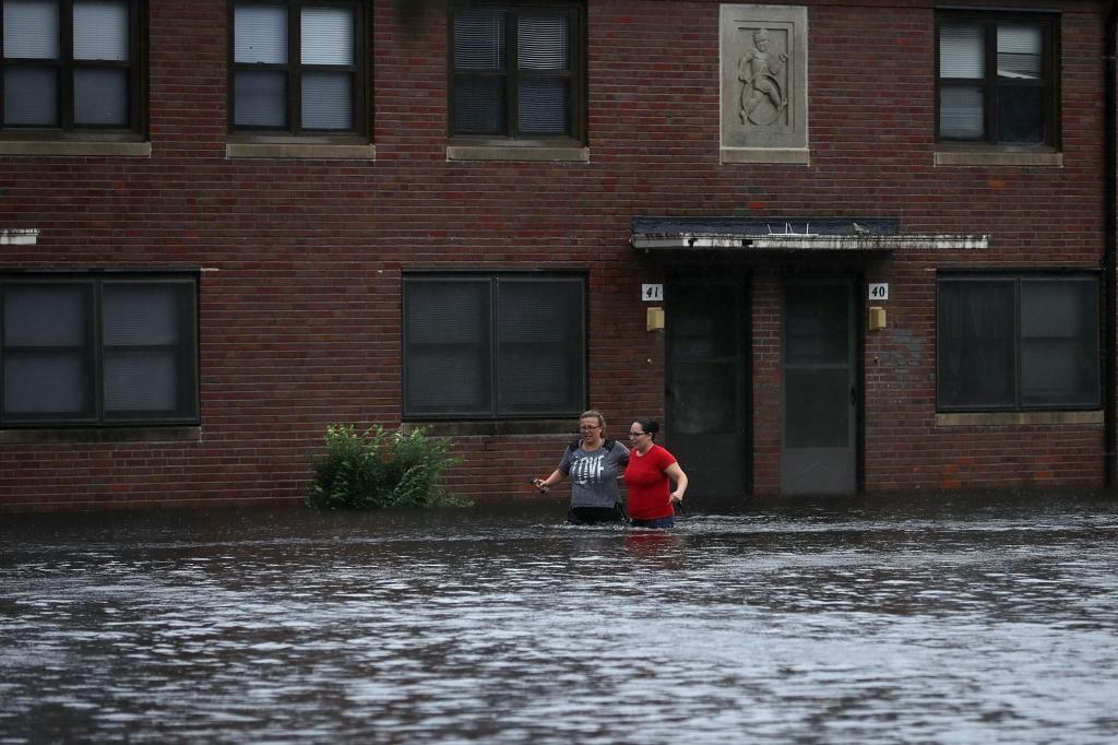 كارولاينا الشمالية ستشهد ثمانية أشهر من الأمطار في غضون يومين