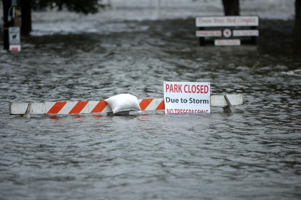 غمرت مياه الأمطار المنطقة المنخفضة من مدينة نيو بيرن