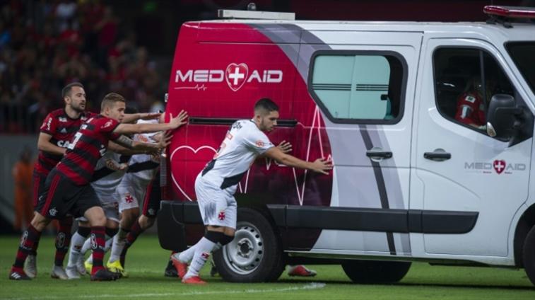 صورة سيارة إسعاف تستنجد باللاعبين في البرازيل!