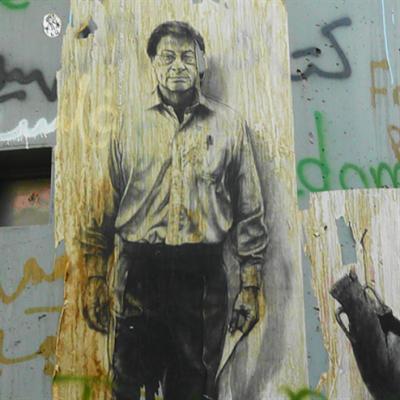 محمود درويش مكرماً في باريس