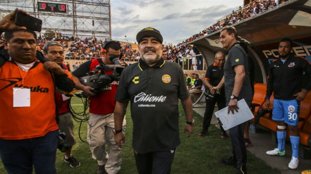 صورة مارادونا في المكسيك: خسارة أولى وعمل إنساني