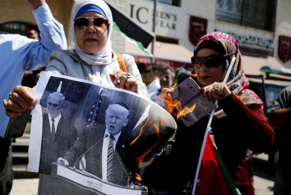 لقاءات سرية بين السلطة وإدارة ترامب: واشنطن تكسر رام الله بـ«عصا غزة»