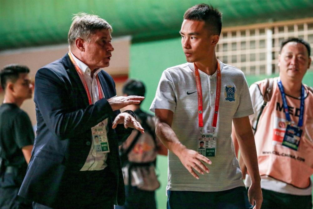 المترجمون الفوريّون... «عصب» كرة القدم الصينية