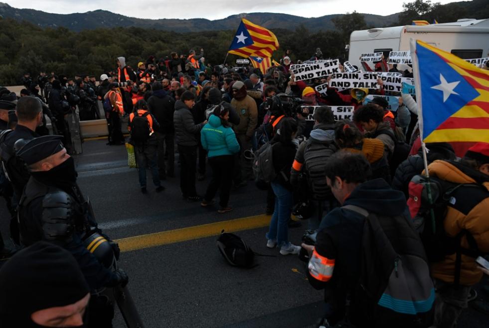 بعد انتخابات إسبانيا... «الانفصاليون» يغلقون طريقاً دولياً مع فرنسا