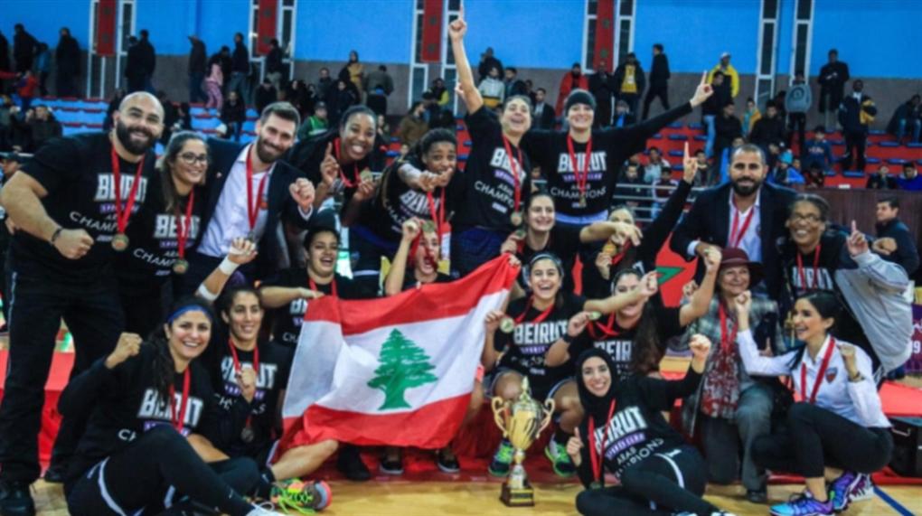 صورة سيدات بيروت يرفعن كأس العرب