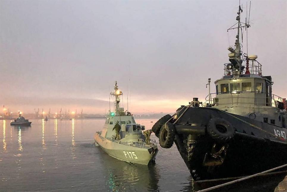 روسيا تسلّم أوكرانيا سفنها المحتجزة قبل عام في مضيق كيرتش