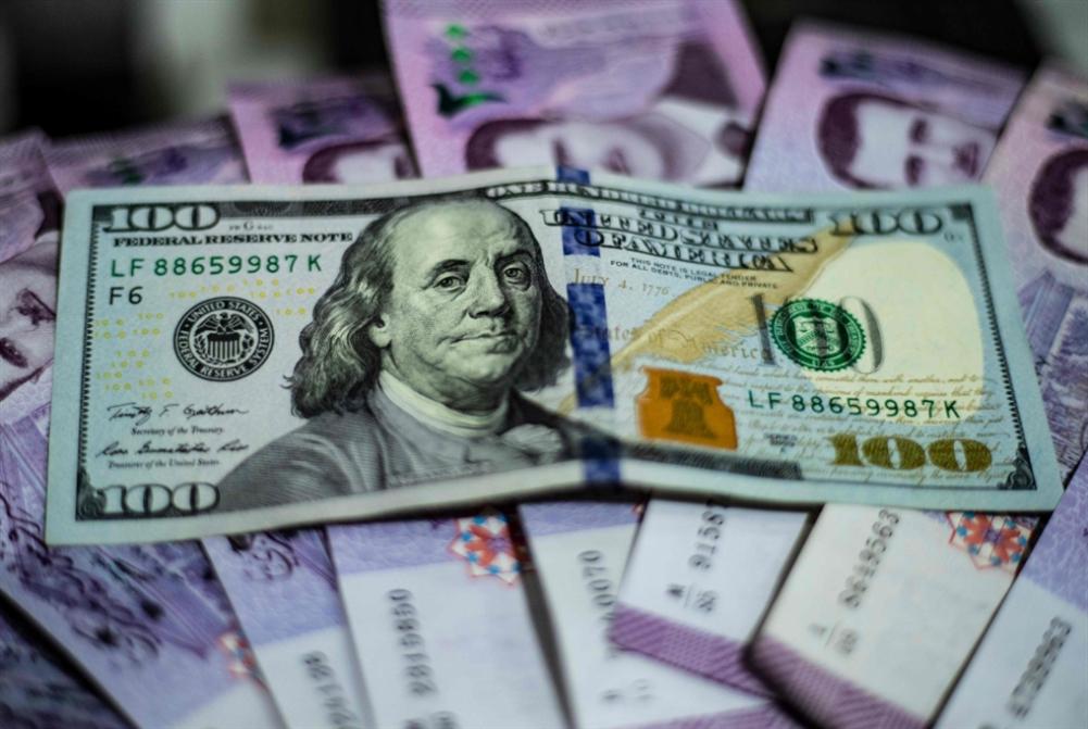 انخفاض الليرة مستمر: عين السوريين على الأسعار... ولبنان