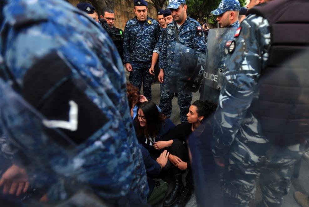 اعتقال المتظاهرين مستمرّ: المحامون يريدون حضور   الاستجواب...