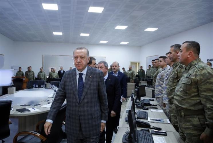 إردوغان «يستعرض» قرب الحدود السورية