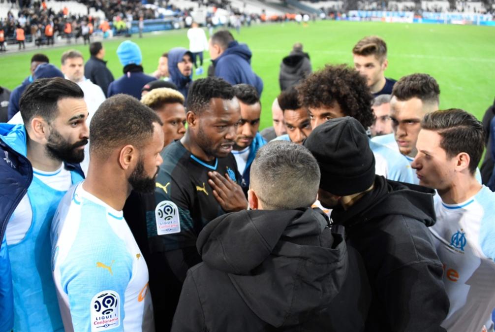 لاعبون يبررون للجمهور