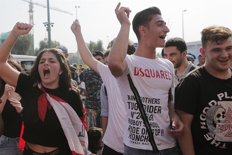 طلاب لبنان  لم تسعهم الشاشات