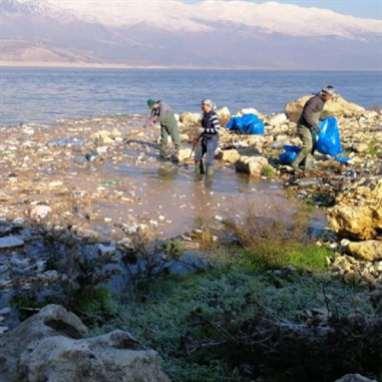 نفايات طبية في بحيرة القرعون