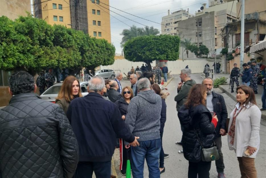 موظفو «الحياة» أمام السفارة السعودية: ضاقت بنا السبل