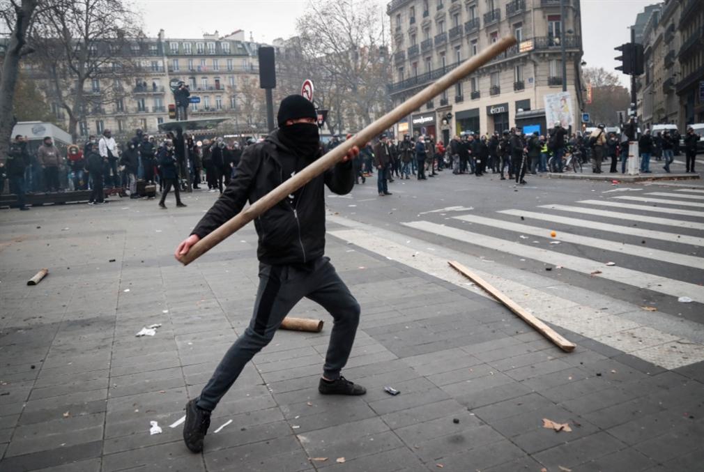 إضراب مفتوح يشلّ الحركة احتجاجاً على إصلاحات ماكرون