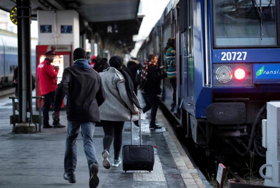 احتجاجات فرنسا مستمرة: نقابات النقل تمدّد إضرابها