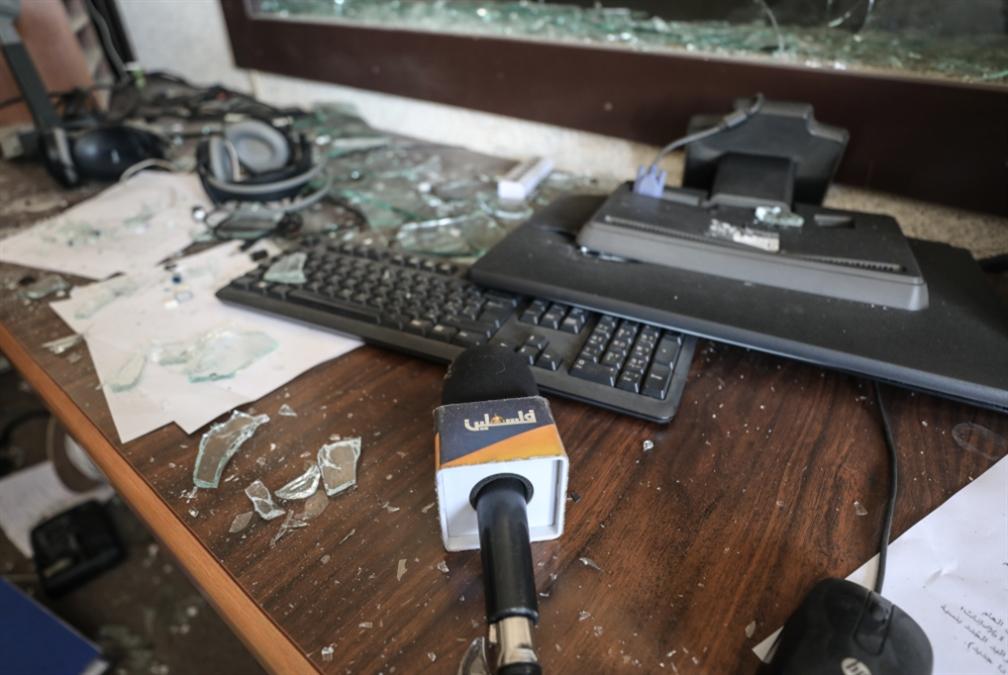 ملثّمون يدمّرون مقر تلفزيون فلسطين