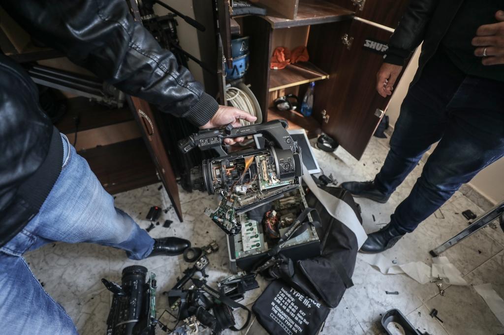 آثار الدمار في مقر تلفزيون فلسطين (الأناضول)