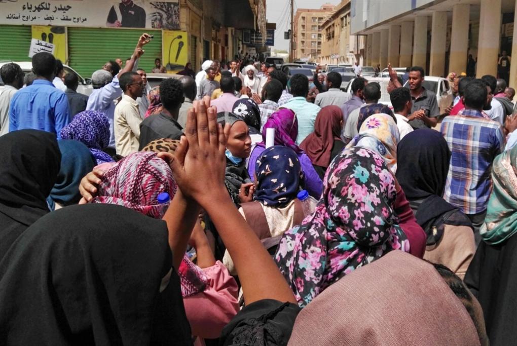 الاحتجاجات تُفشل مساعي التمديد: البشير يُجرّم مطلب المعارضة