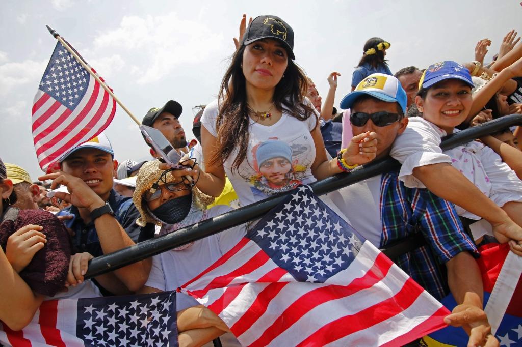 أنصار غوايدو يرفعون أعلام الولايات المتحدة أثناء التحركات عند الحدود الكولومبية