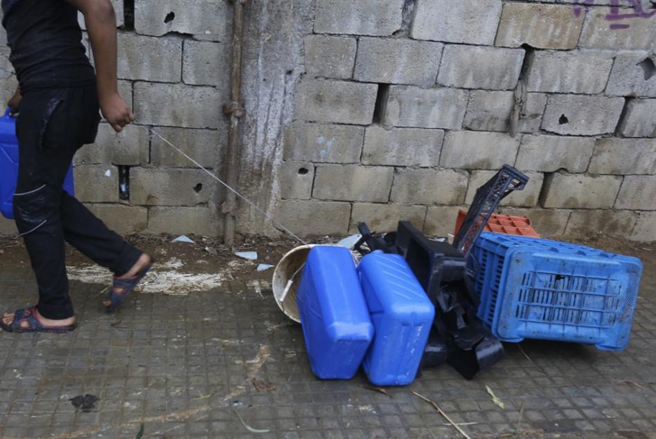 أطفال نازحون يعتاشون من الحاويات