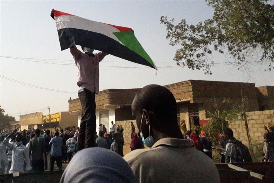 السودان  | البشير يعتمد «الترغيب والترهيب»: لـ«تحييد الشباب» عن الأزمة