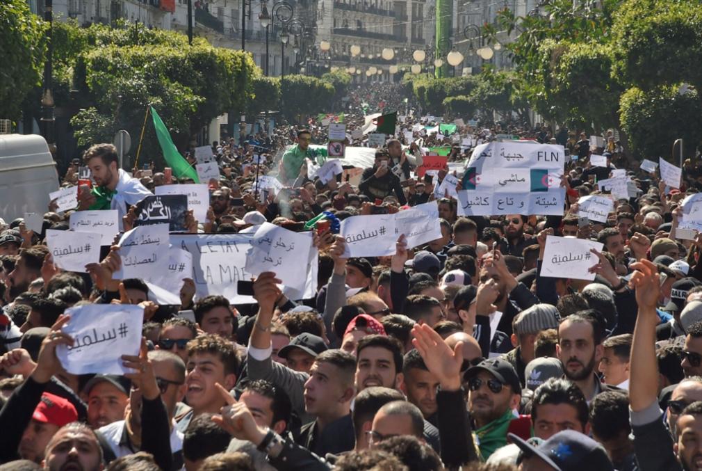 الاحتجاجات تربك محيط الرئيس: بوتفليقة نحو الانسحاب؟