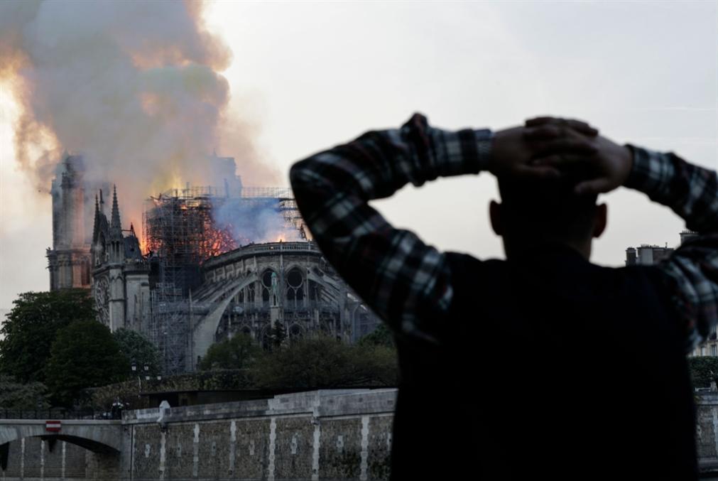 حريق كاتدرائية نوتردام: ذهول غربي... وماكرون يرجئ خطاب «السترات الصفر»