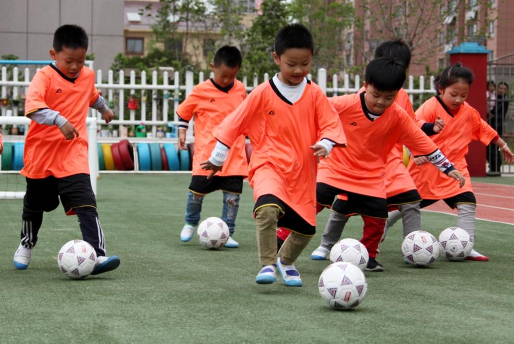 مشروع كروي صيني يبدأ من رياض الأطفال