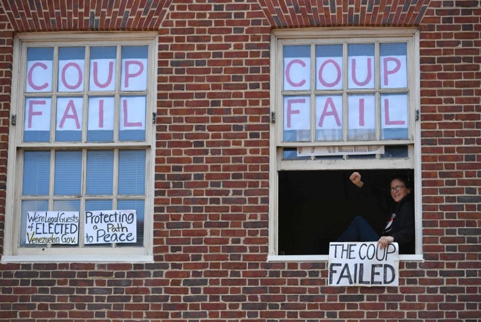 فشل أميركي جديد: المعتصِمون لا يزالون داخل السّفارة الفنزويلية!