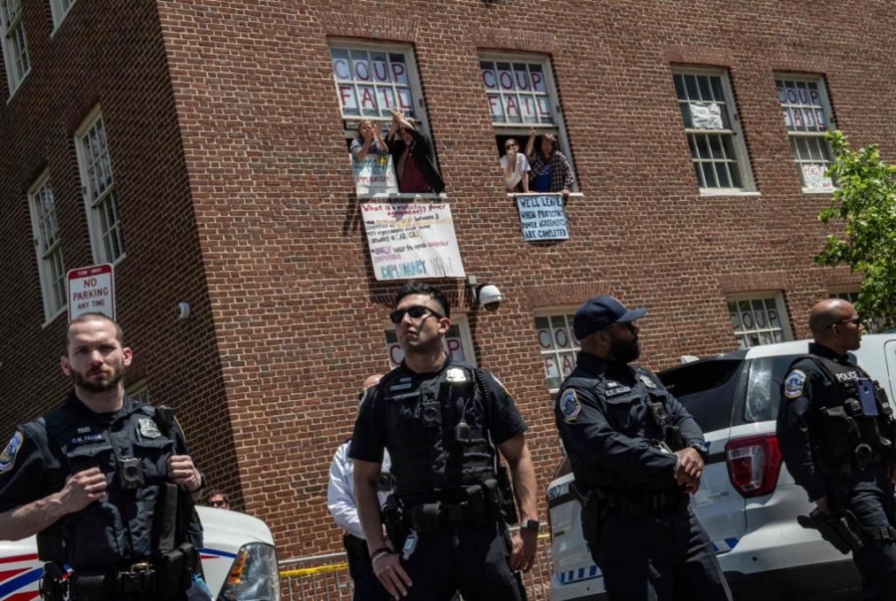 الشرطة الأميركية تستبيح سفارة كاراكاس: تضييق الخناق على أنصار مادورو