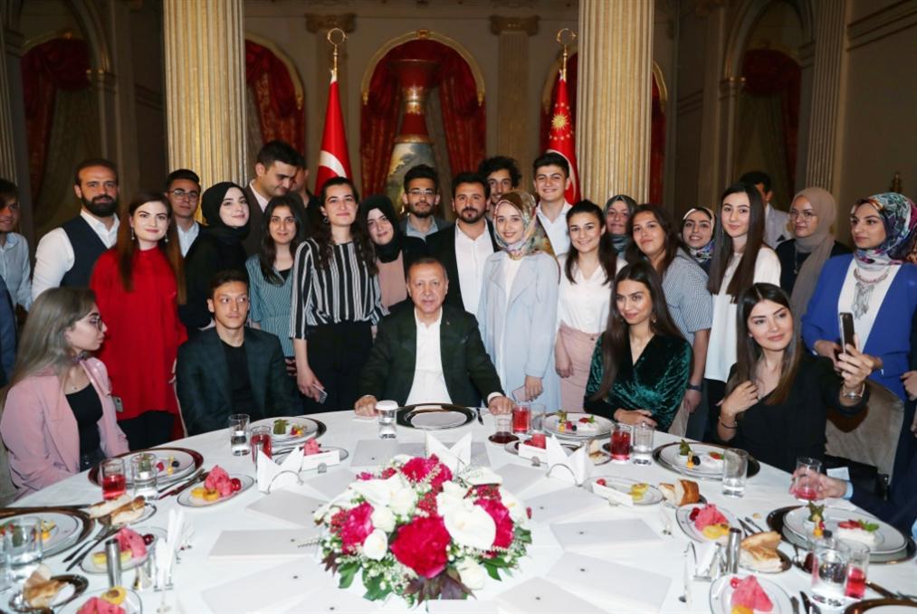 أوزيل مع أردوغان مجدداً