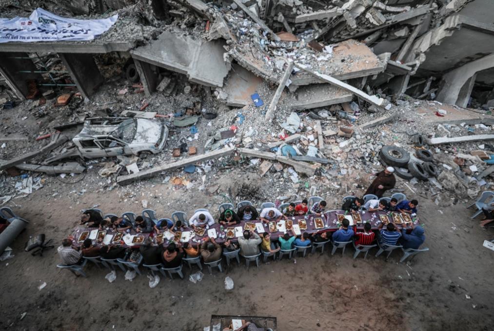 «مملكة الخير» تُهدي غزة بِيَد... وتضربها بأخرى