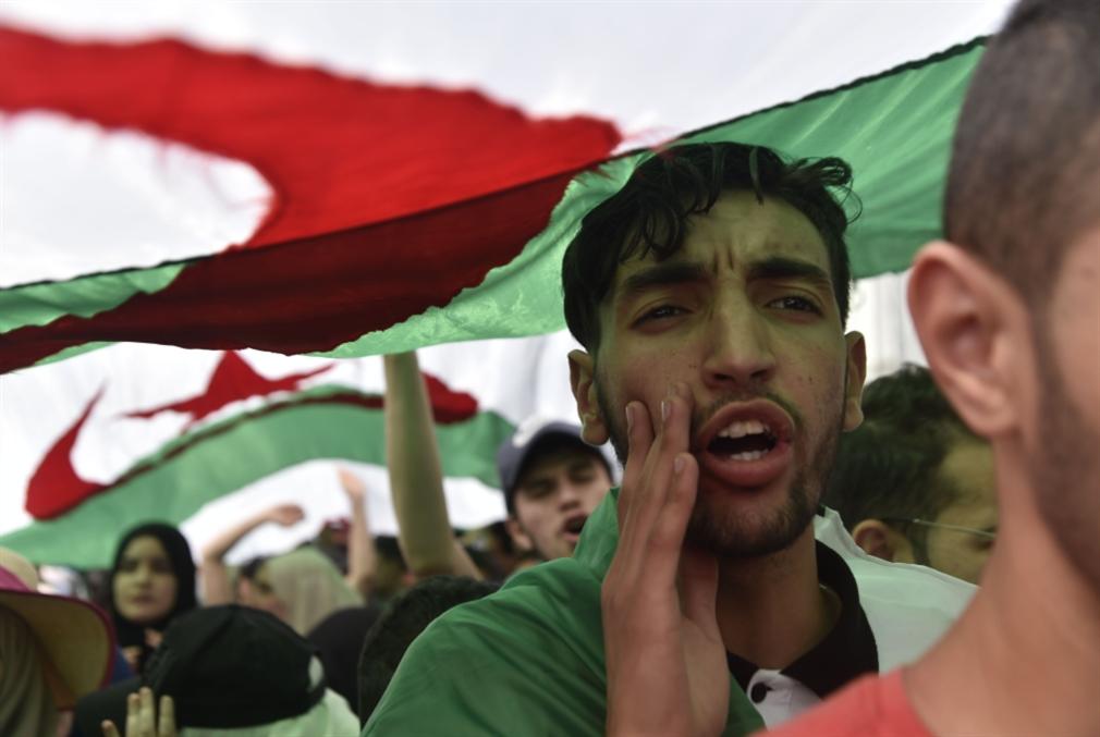 الجزائر في الدفاع عن الجمهورية القومية الشعبية