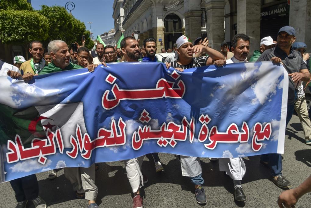 الجزائر | الحراك يردّ على دعوة الجيش للحوار: لرحيل بن صالح وبدوي أولاً